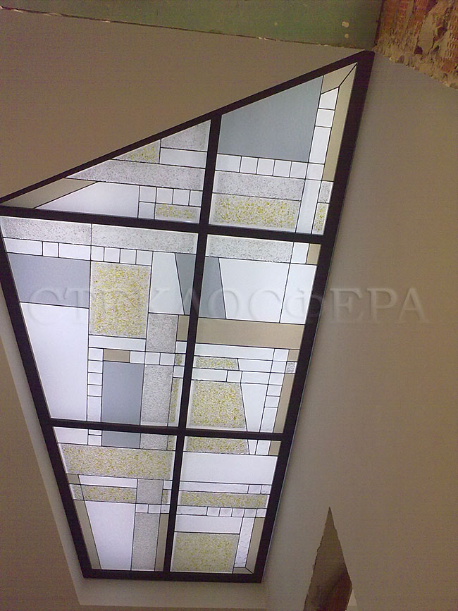 Витражные потолки, витражи на потолок (потолочные витражи). Витражный потолок с фантазийным рисунком в холле