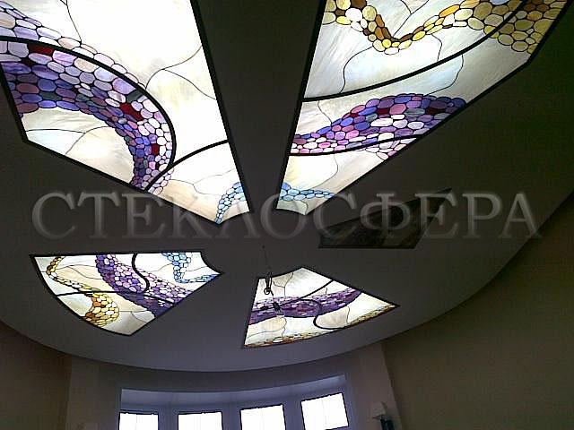 Витражные потолки, витражи на потолок (потолочные витражи). Витражные вставки из цветного стекла в нишах гипсокартонного подвесного потолка