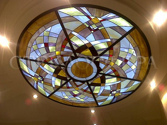 Витражные потолки, витражи на потолок (потолочные витражи). Витражный потолок с геометрическим рисунком с эффектом оптической иллюзии движения