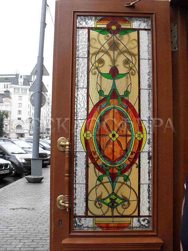 Стеклянные двери (с витражами), витражи для дверей на заказ в Москве. Упрочненный витраж в романском стиле в двери кафе на ул.Петровка