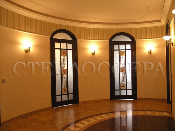 Стеклянные двери (с витражами), витражи для дверей на заказ в Москве. Радиусные распашные двери с витражными вставками «Руна»
