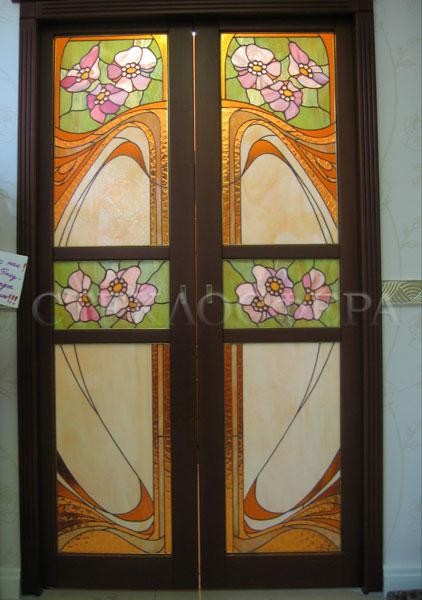 Стеклянные двери (с витражами), витражи для дверей на заказ в Москве. Двойные раздвижные двери с витражами