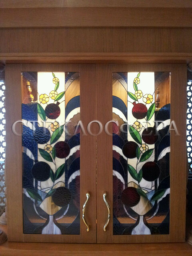 Стеклянные двери (с витражами), витражи для дверей на заказ в Москве. Витражные вставки в дверцах шкафа для хранения свитков Синагоги