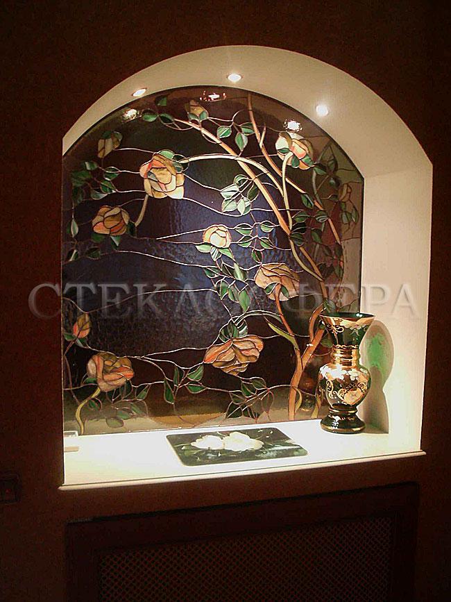 Оформление ниши, витраж в нишу, дизайн ниши в стене. Уютная ниша в спальне с витражом «Древо роз»