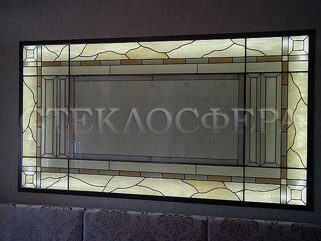 Оформление ниши, витраж в нишу, дизайн ниши в стене. Витражное панно с геометрическим рисунком над диваном в гостиной