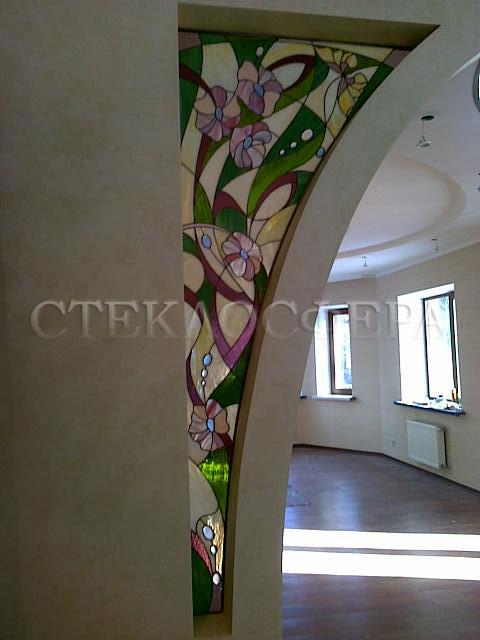 Оформление ниши, витраж в нишу, дизайн ниши в стене. Витраж с насыщенным цветочным рисунком и линзовыми декорами