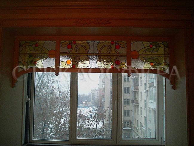 Сувениры и изделия из художественного стекла, производство эксклюзивных стеклянных сувениров. Витражная маркиза окна в деревянной раме - цветное стекло