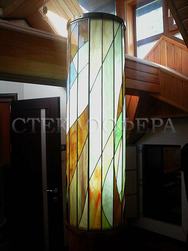 Сувениры и изделия из художественного стекла, производство эксклюзивных стеклянных сувениров. Витражный светильник как завершение центрального столба винтовой лестницы коттеджа