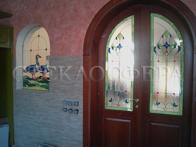 Сувениры и изделия из художественного стекла, производство эксклюзивных стеклянных сувениров. Пример сочетания витражей в дверях и в межкомнатном окне