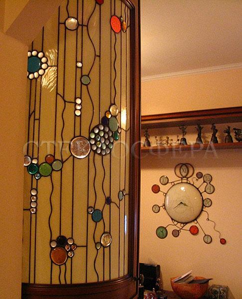 Сувениры и изделия из художественного стекла, производство эксклюзивных стеклянных сувениров. Витражные вставки в мебельных дверцах и часы из цветного стекла