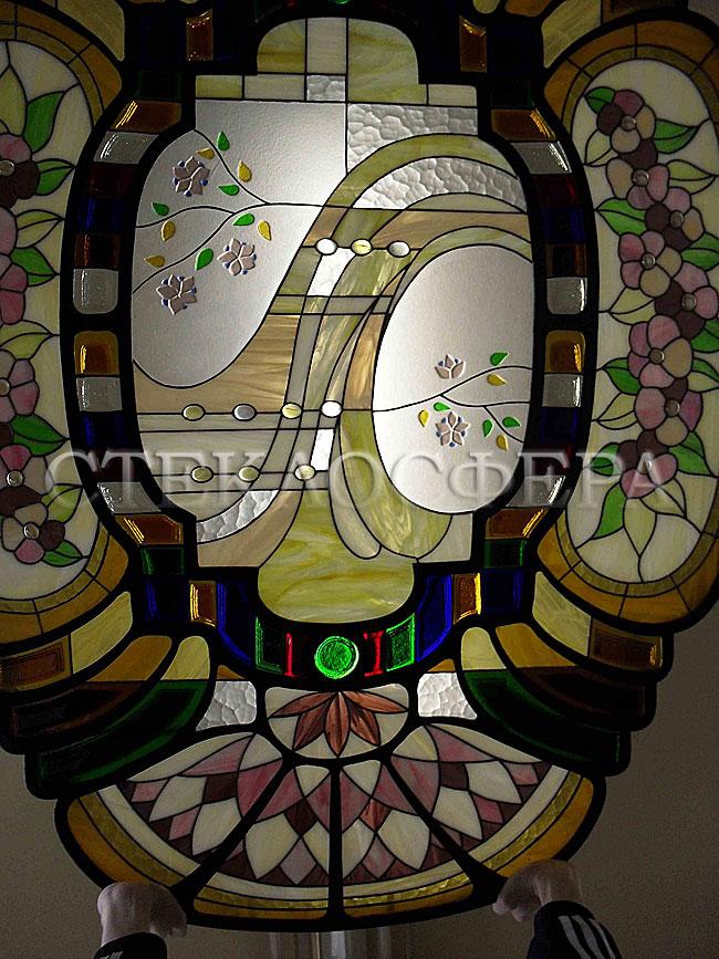 Сувениры и изделия из художественного стекла, производство эксклюзивных стеклянных сувениров. Фрагмент кованого светильника с витражами из художественного стекла