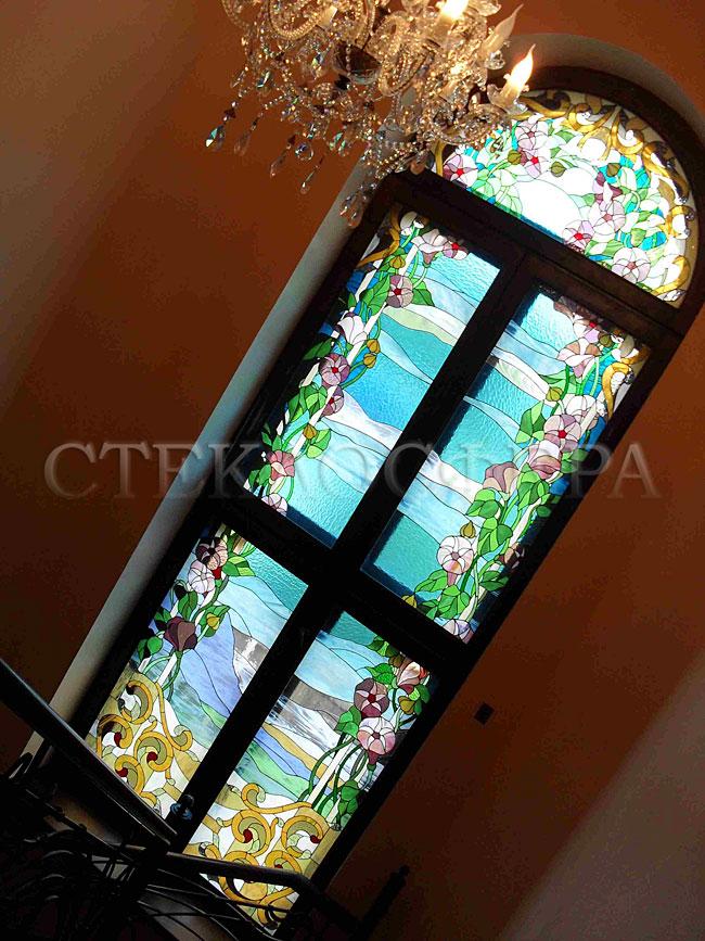 Витражи на окна. Купить витражные окна в Москве. Цветочный витраж межэтажного окна загородного дома