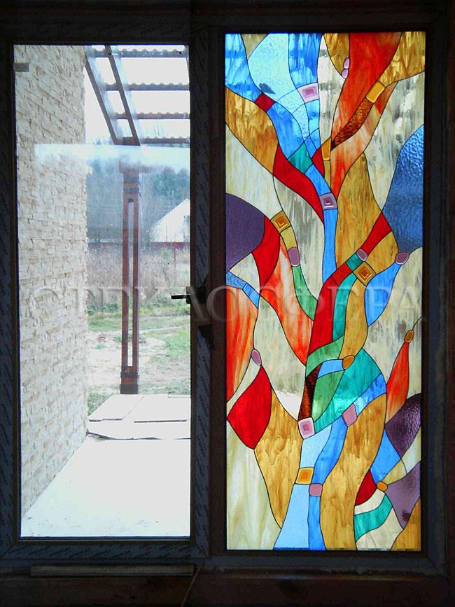 Витражи на окна. Купить витражные окна в Москве. Современный витраж, скрывающий вид на хоз. двор, абстрактный витраж