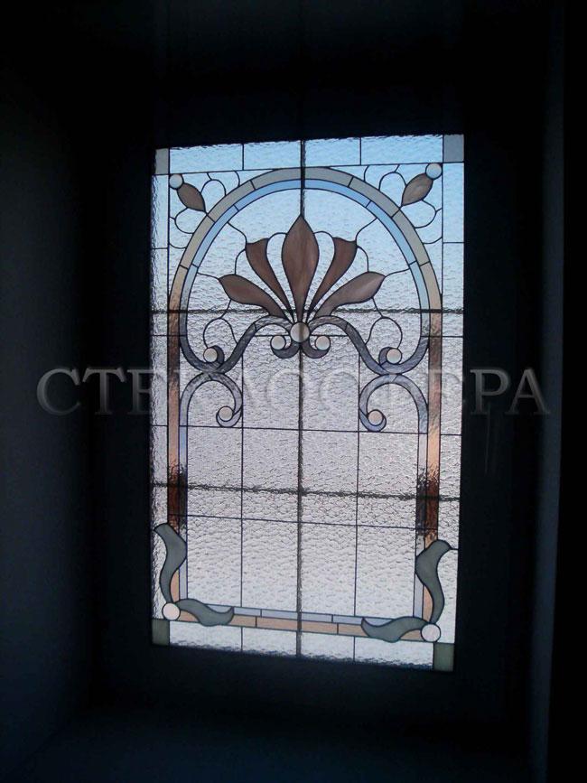 Витражи на окна. Купить витражные окна в Москве. Витражное окно «Рококо» с прямой фоновой «плетенкой»