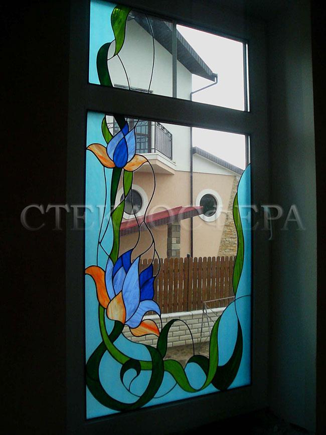 Витражи на окна. Купить витражные окна в Москве. Классический витраж из цветного стекла «Лотосы в голубом»