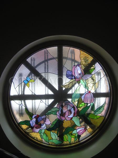 Витражи на окна. Купить витражные окна в Москве. Круглое витражное окно «Пионы»